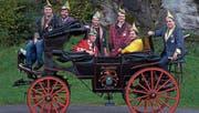 Der Fidelitas-Vorstand mit der legendären Kutsche; von links: Thomas Bissig, Fabian Müller, Andreas Herger, Peter Wipfli, Kari Schilter, Ivo Schumann und Samuel Käslin. (Bild: pd (Flüelen, 10. November 2017))