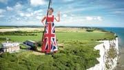 Eine 33 Meter hohe Statue der britischen Premierministerin Theresa May steht über der Steilküste von Dover. (Bild: Keystone)