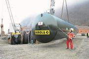 Bei der Landi in Stans wird am 15. Januar 2008 ein neuer Treibstoff-Tank mit einem Volumen von 120'000 Litern in den Boden versenkt. (Bild: Corinne Glanzmann (Stans, 15. Januar 2008))