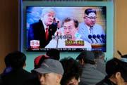 Die Mächtigen kommunizieren: Ein Bildschirm an einem Bahnhof in Seoul zeigt ein zusammengestelltes Bild dessen, was als nächster Koreagipfel bzw. als Abrüstungsabkommen auch mit dem Westen bald real werden könnte. Im Bild der südkoreanische Präsident Moon Jae, Mitte, der nordkoreanische Diktator Kim Jong Un, rechts, und US-Präsident Donald Trump. (Bild: Keystone, Seoul, 07.03.2018)