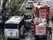 Die Polizei sichert den Ort des Anschlags ab: Elf Menschen wurden getötet, Dutzende weitere verletzt. (Bild: Keystone/EPA/SEDAT SUNA)