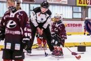 Der Profi-Eishockeyschiedsrichter David Obwegeser übt mit den Kindern. (Bild: Manuel Kessler/PD (Engelberg, 5. November 2017))