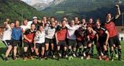 Feiern den Aufstieg in die 2. Liga regional: die Spieler und Verantwortlichen des FC Schattdorf. (Bild: Urs Hanhart (Schattdorf, 17. Juni 2017))