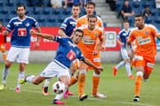 Das FCL-Abwehrduo Ricardo Costa (am Ball) und Tomislav Puljic (links) ist heute gefordert. Bild: Alexandra Wey/Keystone (Luzern, 31. Juli 2016)