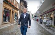 Engelbergs Tourismusdirektor Frédéric Füssenich in der touristenarmen Dorfstrasse: Er sieht hier das Potenzial «zur grössten Outdoor-Shopping-Anlage der Schweiz». (Bild Corinne Glanzmann)
