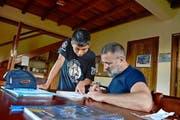 Algebra gehört nicht zu den Stärken des 13-jährigen Quichua-Jungen Elder. Siegfried Andermatt hilft ihm bei den Hausaufgaben. (Bild: Andreas Faessler)