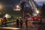 Ein Feuerwehrmann wird für seinen Einsatz am Hubretter gesichert. (Bild: Geri Holdener, Bote der Urschweiz)