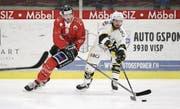 Der Sisiger Eishockeyspieler Oliver Achermann (links) läuft seit Saisonbeginn im Dress des EHC Visp auf. (Bild: Stefan Lorenz (Visp, 17. Oktober 2017))