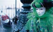 Unerkannt durch die Gassen zwischen den Kanälen huschen – die weissen Vollmasken sind typisch für den Karneval in Venedig. (Bild: Cade Martin/Getty)
