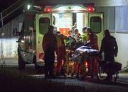 Der Rettungsdienst übergibt den Patienten der Rega-Crew. (Bild: Geri Holdener, Bote der Urschweiz)