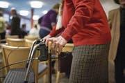 Die Ob- und Nidwaldner gehen im Schnitt im Alter von rund 83 Jahren ins Altersheim. (Bild: Gaetan Bally/Keystone)