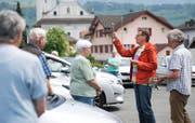 Pfarrer Thomas Meli bei der Segnung eines Fahrzeuges auf dem Schulhausplatz in Alpnach. (Bild Corinne Glanzmann)