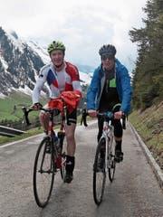 Janik Riebli (links) zusammen mit Cyril Fähndrich beim Aufstieg auf den Glaubenbielenpass. (Bild: Edi Zihlmann (Sörenberg, 5. Mai, 2017))