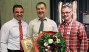 ISV-Präsident Peter Achermann (links) und Sepp Schilter, Präsident des Urner Kantonalen Schwingerverbands (rechts), gratulieren Robi Indergand zur Ehrenmitgliedschaft. (Bild: Paul Gwerder (Hochdorf, 3. März 2018))