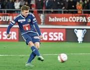 Idriz Voca (19) trifft mit seinem Penalty. (Bild: Martin Meienberger/Freshfocus)