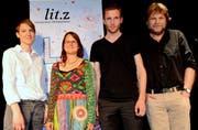 Die vier Preisträger vor dem neuen Emblem des Literaturhauses Zentralschweiz: (V. l.) Simone Baumann, Katrin Blum, Julian Wettach und Erwin Koch. (Bild: Romano Counz / Neue NZ)