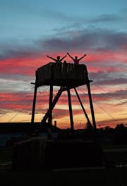 Der Lagerturm der Pfadi Krönten präsentiert sich in einer ganz speziellen Abendstimmung. (Bild: PD (Aesch BL, Juli 2017))