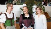 Präsidentin Paula Burch-Gwerder (Mitte) mit der scheidenden Kassierin Caroline Berchtold-Hug (links) und dem neuen Vorstandsmitglied Monika Durrer-Britschgi. (Bild: Marion Wannemacher (Stalden, 31. Januar 2018))