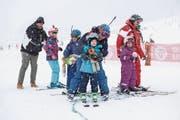 Körperliche Defizite können die Freude der behinderten Kinder an der Bewegung in der Natur nicht trüben. (Bild: Edi Ettlin (Engelberg, 8. Januar 2017))