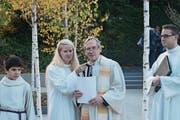 Sie weihten den Birkenhain ein: Theologin Fabienne Eichmann, der reformierte Pfarrer Ulrich Winkler und Pfarreileiter Steffen Michel. (Bild: Sepp Odermatt (Hergiswil, 1. November 2017))