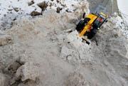 Nicht nur mit Salz geht er dem Schnee an den Kragen: Werkhof- mitarbeiter Thomas Furrer. (Bild: Stefan Kaiser)