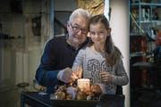 Urs Bischof (70) aus Zug mit seiner Enkelin Jill (9). (Bild: Pius Amrein (16. Dezember 2017))