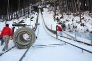 Viel Handarbeit ist nötig, damit in Engelberg bald die weltbesten Skispringer wieder zu ihren Höhenflügen ansetzen können. (Bild Matthias Piazza)
