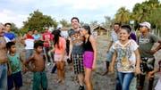 Der Hergiswiler Philipp Steinger wird nach seinem Rekordflug von begeisterten brasilianischen Dorfbewohnern belagert. (Bild: PD)