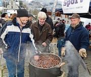 Bei kaltem Wetter waren die heissen Marroni am Stand von Karl Burch (rechts) gefragt. (Bild: Robert Hess (Lungern, 26. November 2017))