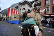 Mit eigenem Schiff zogen «Diä Niäfärä» als Wikinger durchs Dorf, um die Zuschauer mit Kaffee zu versorgen. (Bild: Urs Hanhart (Erstfeld, 11. Februar 2018))