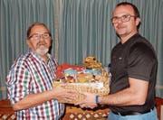 Präsident Urs Gysin (rechts) überreicht Ruedi Moser ein Präsent für 60 Jahre Vereinstreue. (Bild: PD)