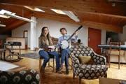 Coal und seine Frau Sarah Bowman haben mit der Pillow Song Loft ein neues Konzertlokal in Stans realisiert. (Bild Corinne Glanzmann)