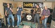 Backface in ihrem Proberaum: von links Benno Ming (Gitarre), Pirmin Ming (Sänger), Hannes Ming (Schlagzeug), Andreas Imfeld (Bass), René Gasser (Gitarre). Bild: Primus Camenzind (Lungern, 14. März 2017)