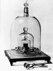 Auslaufmodell: Das Ur-Kilogramm aus Platin-Iridium unter dreifacher Glasglocke (1900). (Bild: Ullstein Bild)