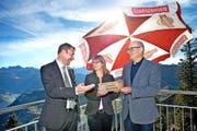 Ein ausgezeichnetes Jahr: Stanserhorn-Direktor Jürg Balsiger (rechts aussen) erhält von Erna Blättler, Nidwalden Tourismus, die Auszeichnung «Aktivität des Jahres». Links der Nidwaldner Volkswirtschaftsdirektor Othmar Filliger. (Bild Nadia Schärli)