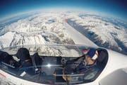Die grösste Überhöhung auf 7018 Metern ü. M. über dem Aletschgletscher schaffte der Obwaldner Segelflugpilot Daniel Baumli, Sachseln (links). Sein Passagier, Daniel Renggli aus Kägiswil, hielt das Ereignis auf einem Selfie fest. (Bild: PD/Daniel Renggli (Wallis, 22. April 2017))