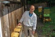 Charly Burch aus Oberrickenbach beim Lehrbienenstand der Nidwaldner Bienenzüchter. (Bild: PD)