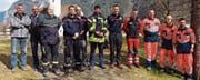 Von links: Heiri Stadler, Präsident des Feuerwehrverbands Uri, und Ignaz Zopp, Vorsteher des Amt für Bevölkerungsschutz und Militär, zusammen mit den für den Fototermin verfügbaren Kursteilnehmern. (Bild: PD)