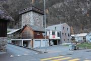 Für den Anbau zwischen den beiden Gebäuden wurde vor Ostern ein Baustopp verfügt. (Bild: Urs Hanhart (Silenen, 5. Dezember 2017))