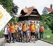 Die Wanderer aus diversen Ländern treffen mit ihrer Fahne auf dem Flüeli ein. (Bilder: Romano Cuonz (Flüeli, 16. Juni 2017))