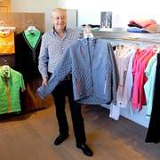 Didi Serena, Gründer und Eigentümer der Lasse Kjus International AG, mit seiner neusten Entwicklung im Outdoor-Fashion Bereich. (Bild: AHY)