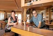 Hanny und Fredy Lochmatter kurz vor Saisonende in der Gaststube im Hotel Gemsy.Bild: Corinne Glanzmann (Melchsee-Frutt, 4. Oktober 2016)