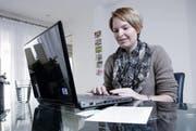 Ihre technischen Kenntnisse sind gefragt: Claudia Baumgartner bietet unter anderem bei einfachen Computerproblemen Hilfe an. (Bild Werner Schelbert)