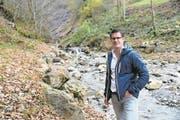 Gemeinderat Urs Christen im Bereich Hinteregg, wo ein neuer Geschiebesammler entsteht. (Bild: Romano Cuonz (Beckenried, 18.November 2017))