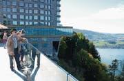 Armin Scherer, Vanessa Zoller und Natascha Zoller (vorne von links) bewundern die Aussicht. (Bild: Martin Uebelhart (Bürgenstock, 5. Oktober 2017))