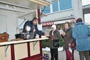 Amir Nezaj will auch im nächsten Winter beim Bahnhof Stans Marroni verkaufen. (Bild: Matthias Piazza (Stans, 26. Januar 2017))