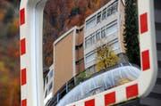 Das Zälgli-Schulhaus in Wolfenschiessen ist nicht mehr in «Bestform». Gar etwas verzerrt zeigt es sich in diesem Verkehrsspiegel. (Bild: Markus von Rotz / Neue NZ)
