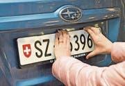 Pro Jahr legen sich rund 1000 Schwyzer lieber mit der Polizei an, als ihr Kontrollschild dem Verkehrsamt abzugeben. (Bild: Oliver Bosse)
