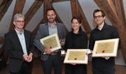 Gemeindepräsident Urs Kälin mit den Preisträgern Michel Truniger, Lea Ziegler Tschalèr und Christian Zgraggen (von links). (Bild: Urs Hanhart (Altdorf, 28. April 2017))