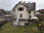 Ein Bewohner befand sich im zweiten Stock und war auf Hilfe angewiesen. (Bild: Geri Holdener, Bote der Urschweiz)